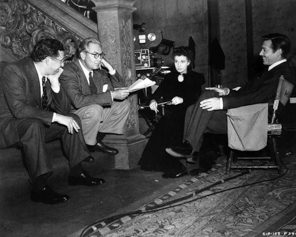 autant en emporte le vent-producer-david-o-selznick-director-victor-fleming-vivien-leigh-as-scarlett-o-hara-and-clark-gable-as-rhett-butler-on-the-set-for-final-scene-of-the-film