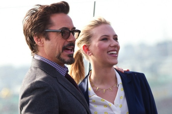 Scarlett-Johansson-et-Robert-Downey-Jr.-lors-du-photocall-de-The-Avengers-a-Moscou-le-17-avril-2012_portrait_w674