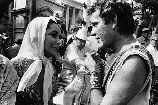 elizabeth-taylor-and-richard-burton-on-the-set-of-cleopatra