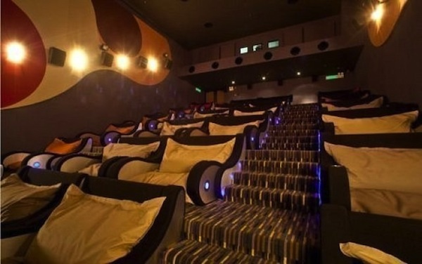 funny-pictures-auto-cinema-couch-381481