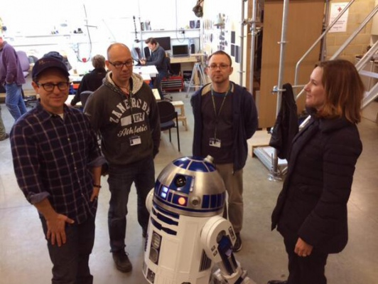 PHOTO-J.-J.-Abrams-et-R2D2-en-direct-des-coulisses-de-Star-Wars-7_portrait_w532