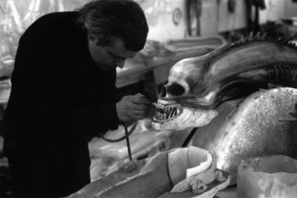 cdn.alt1040.com.files.2010.12.13_ALIEN_HR_Giger_am_Kopf_des_Alien_01-e1292855944126