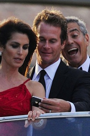 george-clooney-cindy-photbomb-953353_H163750_L