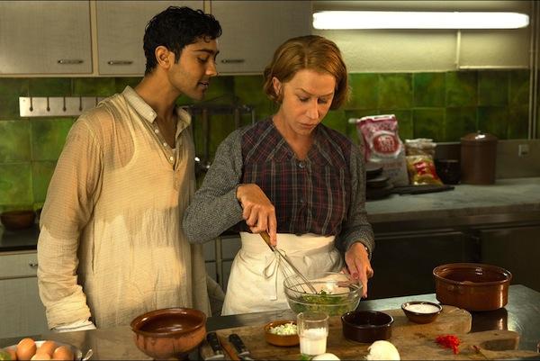 Helen-Mirren-et-Manish-Dayal-dans-une-scene-du-film-Les-recettes-du-bonheur-.