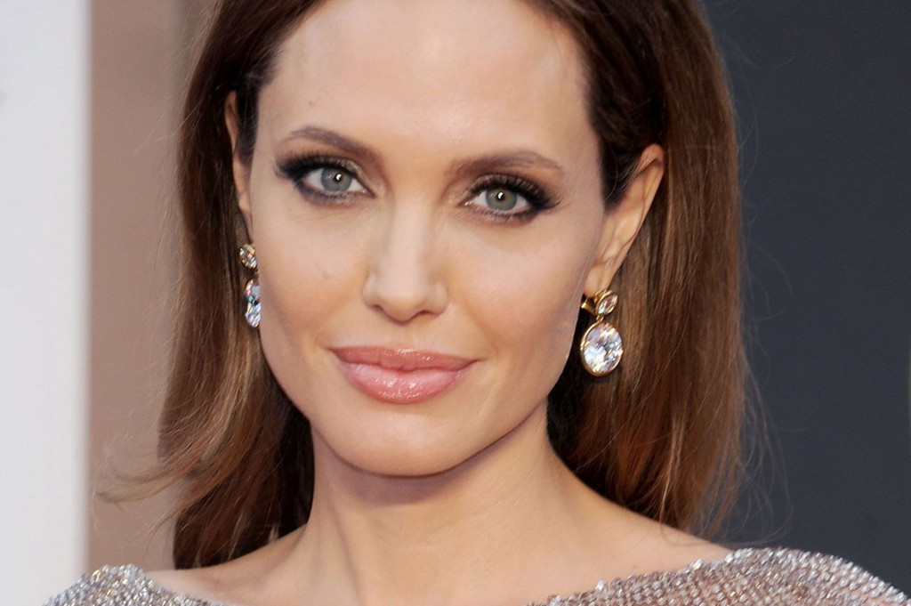 Angelina-Jolie-arrives-on-the-red-carpet-for-the-86th-Academy-Awards