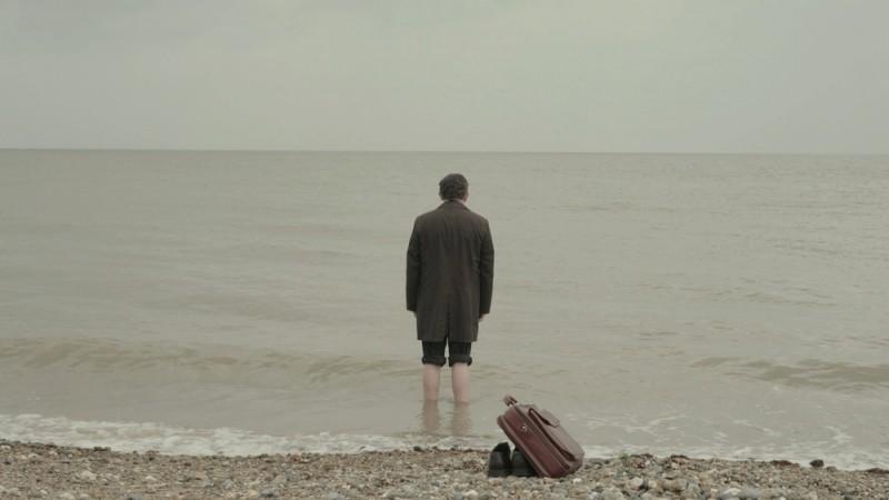 still-life-eddie-marsan-di-spalle-in-una-scena-283192
