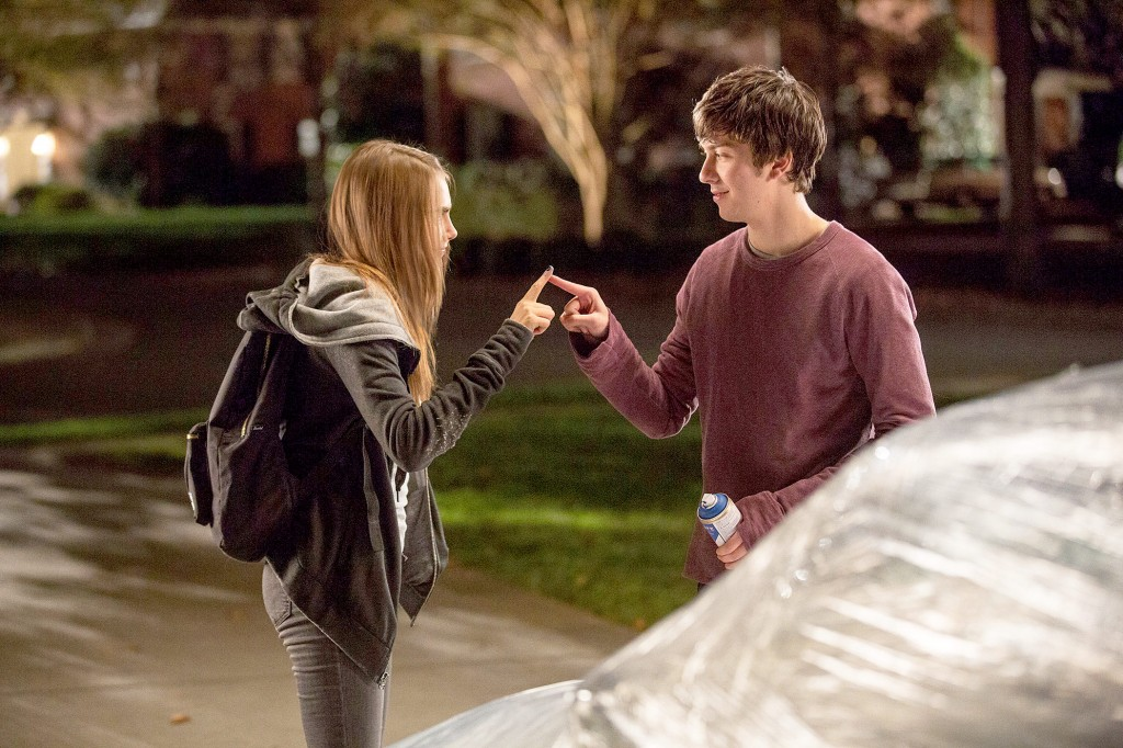 1428888381_cara-delevingne-nat-wolff-paper-towns-zoom