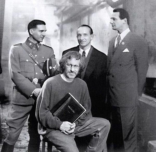 "Steven Spielberg na planie filmu ""LISta Schindlera"" (od lewej stoja) Ralph Finnes (Amon Goeth), Ben Kingsley (izaak Stern) i Liam Neeson (Oskar Schindler) Archiwum Aleksandra Skotnickiego"