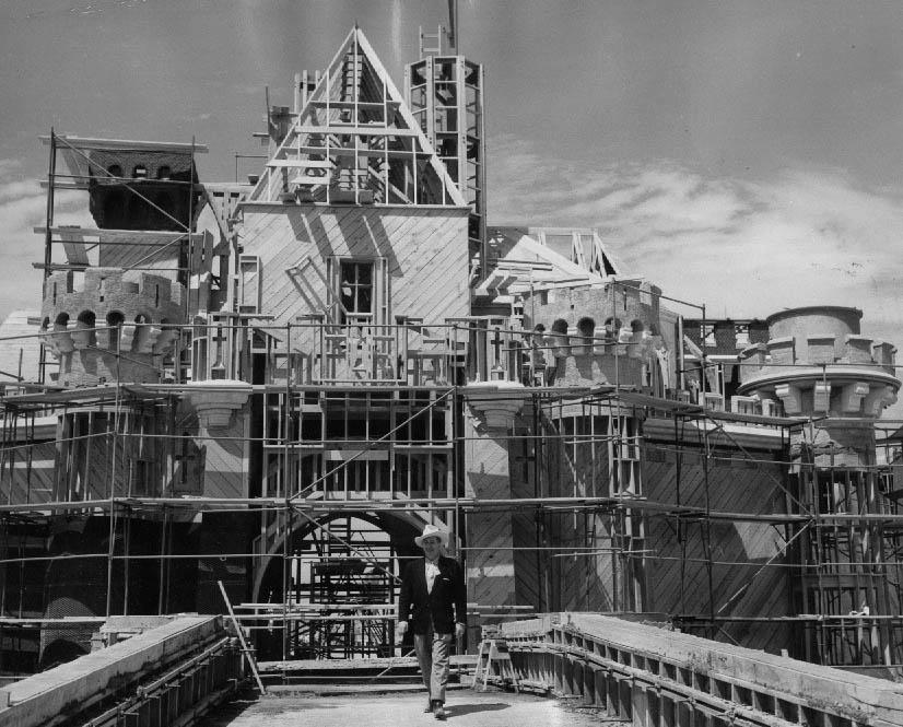 disneylan-castle-construction