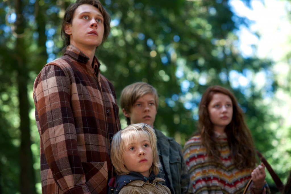CF_00439_R (l to r) George MacKay stars as Bo, Charlie Shotwell as Nai, Nicholas Hamilton as Rellian and Samantha Isler as Kielyr in CAPTAIN FANTASTIC, a Bleecker Street release. Credit: Wilson Webb / Bleecker Street
