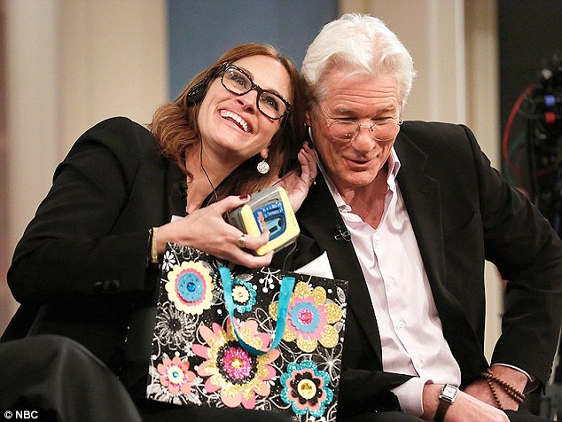 26f03ac000000578-3008647-reunited_julia_roberts_and_richard_gere_listen_to_a_walkman-a-24_1427169321103