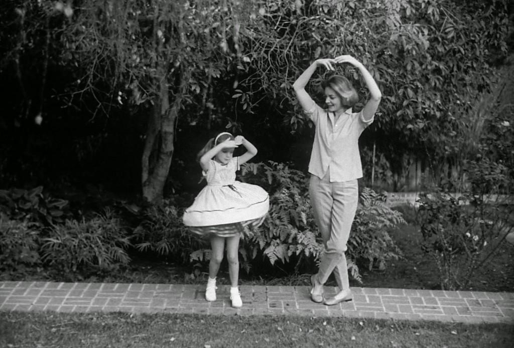 lauren-baccall-leslie-bogart-1958