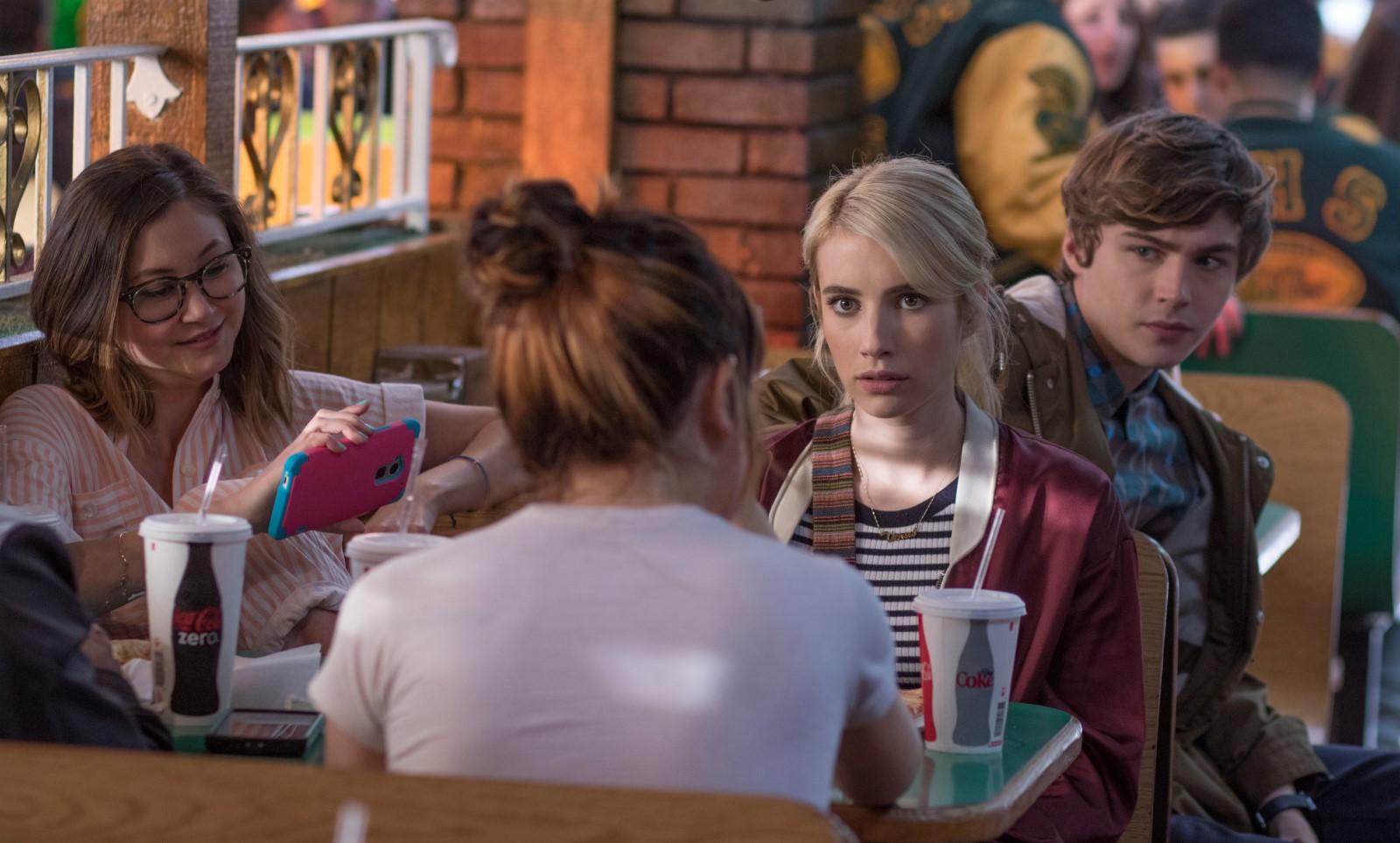 v.l.n.r. Liv (Kimiko Glenn), Vee (Emma Roberts) und Tommy (Miles Heizer)