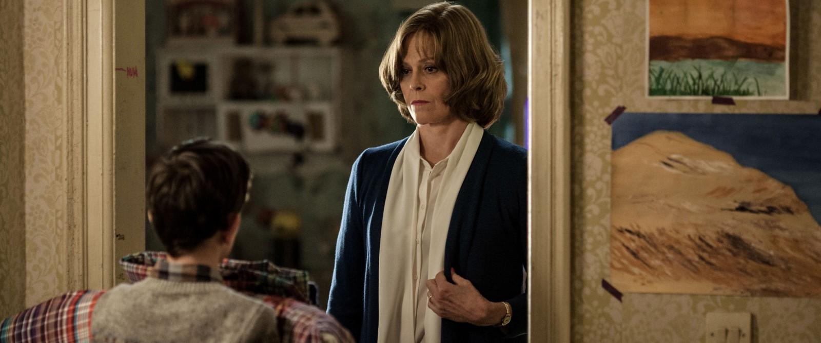 Conor (Lewis MacDougall) muss bei seiner Großmutter (Sigourney Weaver) einziehen