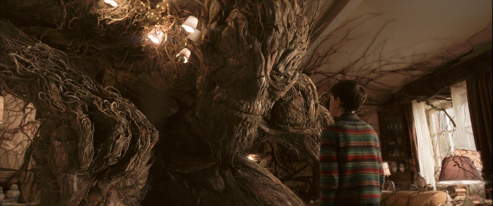 Conor (Lewis MacDougall) und das Monster (Liam Neeson)