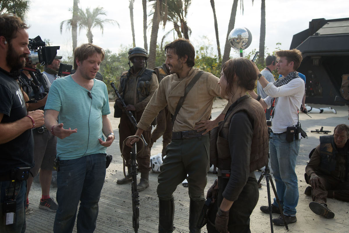 Rogue One: A Star Wars Story Director Gareth Edwards on set with actors Diego Luna (Cassian Andor) and Felicity Jones (Jyn Erso). Ph: Jonathan Olley © 2016 Lucasfilm Ltd. All Rights Reserved.