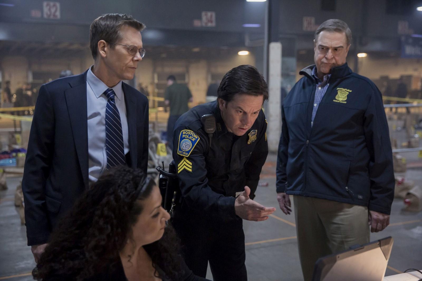 Dank der Unterstützung von Sgt. Tommy Saunders (Mark Wahlberg, Mitte) gelingt es dem Team um FBI Special Agent Richard DesLauriers (Kevin Bacon, rechts) und Commissioner Ed Davis (John Goodman, links) die Attentäter auf Videoaufzeichnungen ausfindig zu machen.