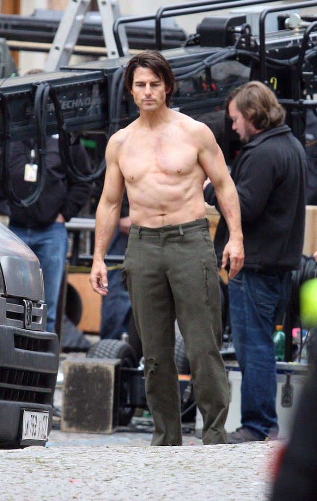 Pictures-Tom-Cruise-Performing-Shirtless-Stunts-Set-Mission-Impossible-4