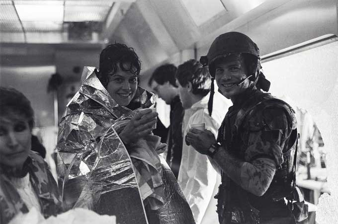 Sigourney-Weaver-and-Bill-Paxton-on-the-set-of-Aliens