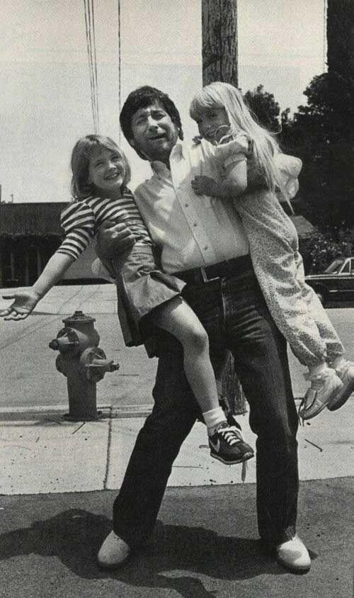 Steven Spielberg avec Drew Barrymore & Heather O'Rourke (entre les toutnages d'ET et de Poltergeist ,1982).