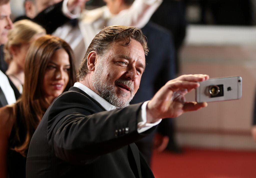 selfie Russell-Crowe-lors-de-la-montee-des-marches-du-film-The-nice-guys-le-15-mai-2016-a-Cannes_exact1024x768_l