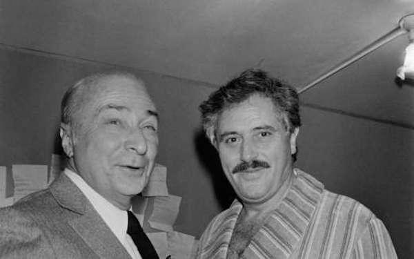 victor-lanoux-d-avec-le-realisateur-gerard-oury-au-theatre-de-la-gaite-montparnasse-a-paris-le-30-novembre-1983